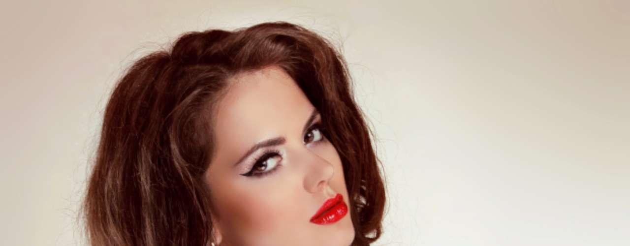 Labial rojo: hace énfasis en tus labios por lo que una mordida sensual o pasar la lengua suavemente sobre tus labios le dará justo la idea que tienes en mente.