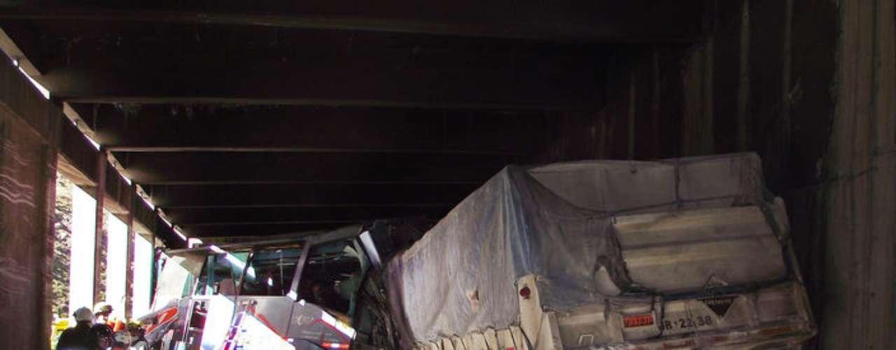 Cuatro personas fallecidas y 23 heridos dejó este viernes el choque frontal entre un autobús de una empresa de construcción y un camión de carga que circulaban en la principal ruta internacional entre Chile y Argentina, según los primeros reportes policiales que maneja Carabineros. El accidente ocurrió cerca de las 08H00 (12H00 GMT), cuando el camión de carga que venía de la ciudad argentina de Mendoza sufrió desperfectos en los frenos por lo cual su conductor perdió el control de la máquina e impactó de frente al bus que trasladaba a 29 trabajadores de la empresa de construcción chilena Salfacorp.