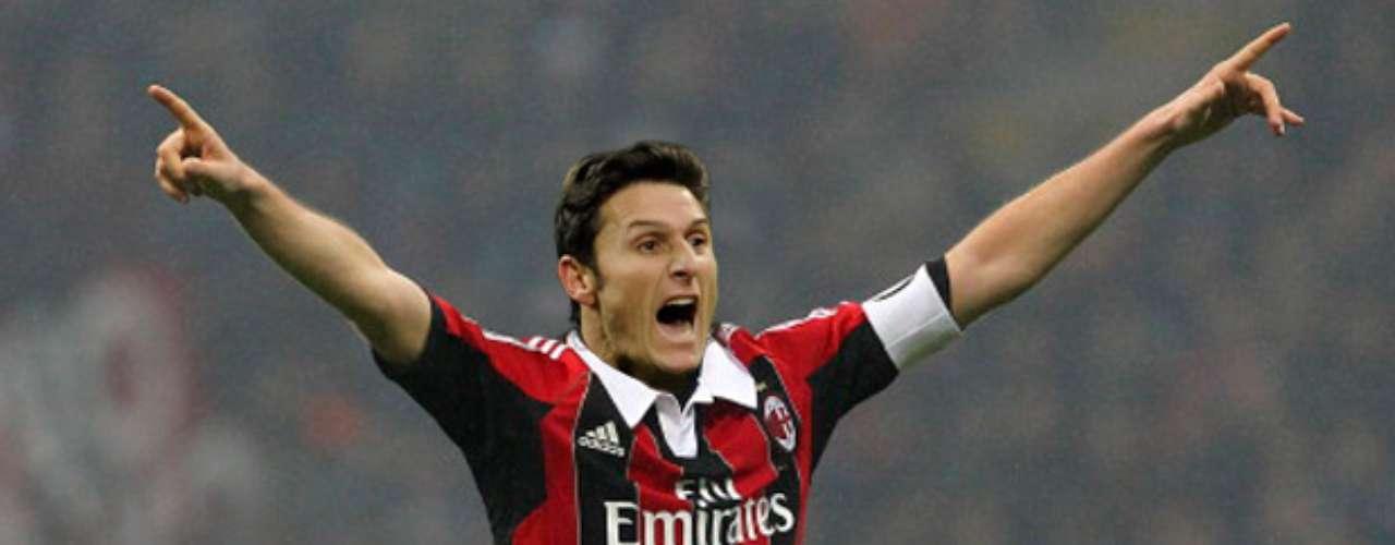 Javier Zanetti tiene razón en reclamar, no le queda nada bien la vestimenta rossonera