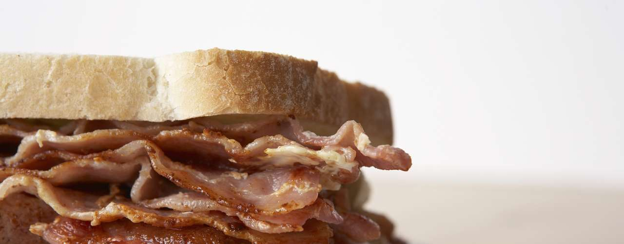Sándwich de tocino: Puede parecer contradictorio, pero el tocino contiene aminoácidos que ayudan a sanar los efectos del alcohol sobre el cerebro.