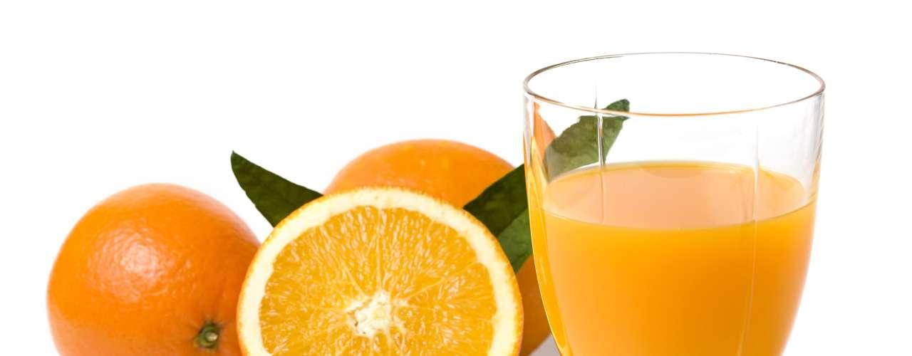 Jugo de Naranja: La vitamina C acelera el metabolismo del alcohol, por lo que un vaso de jugo de naranja (o una cápsula de vitamina C pura) puede ayudarle a sentirse mejor.