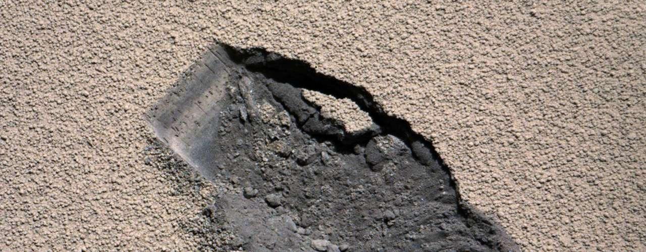 En el itinerario original, tenía que salir antes del 1 de enero, pero el Curiosity se ha demorado más tiempo de lo planeado en una parada de reabastecimiento. Ahora, la sonda exploradora de la NASA se encaminará al monte Sharp en febrero, después de perforar su primera roca.