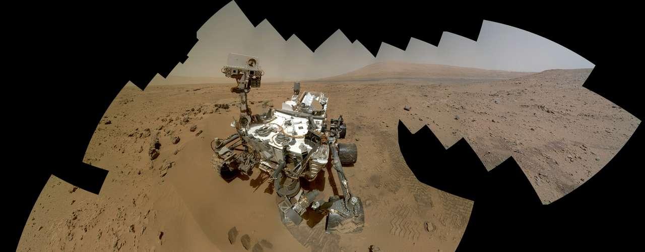 La misión del Curiosity es averiguar si el sitio tuvo alguna vez las condiciones ambientales para que subsistieran microbios. Los científicos ya saben que en el pasado hubo agua gracias a que el explorador descubrió un viejo cauce. Además del agua, la vida como la conocemos también necesita la energía solar.