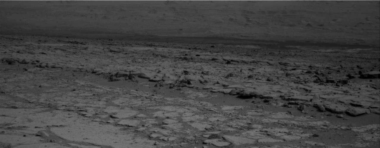 Lo que faltan son los ladrillos químicos que construyen la vida: moléculas complejas basadas en carbono. Si éstas se preservan en Marte, los científicos creen que el mejor lugar para encontrarlas es en la base del monte Sharp, donde imágenes tomadas desde el espacio revelan pistas de una interesante geología.
