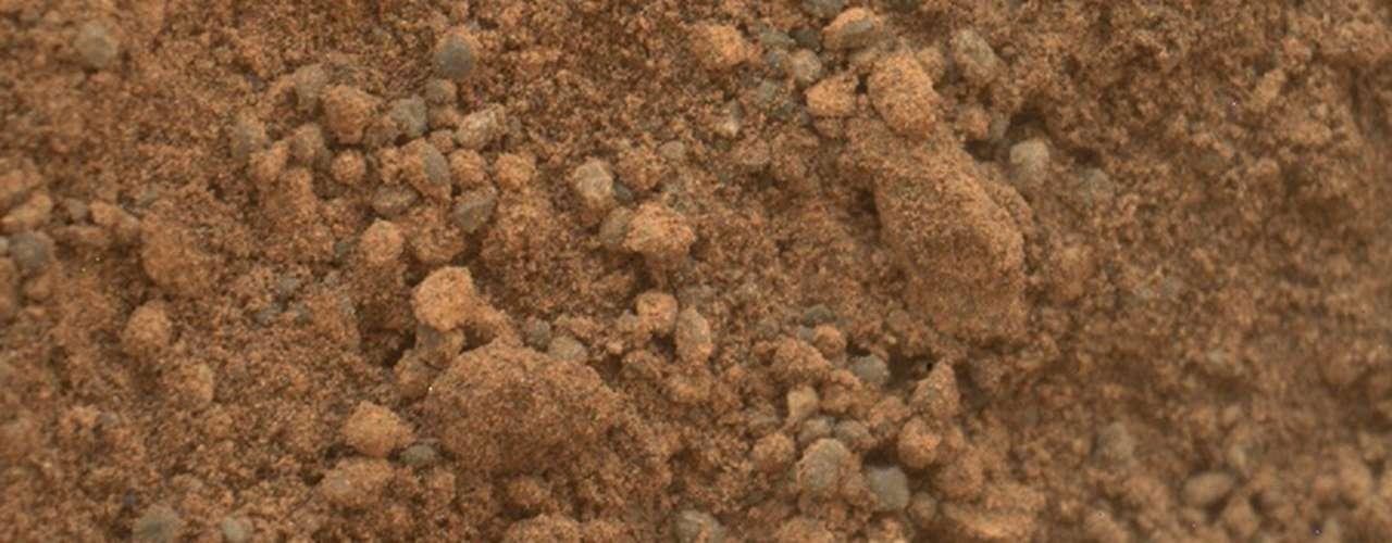 Antes de ir a la montaña, todavía hay cosas que hacer. Después de pasar el Año Nuevo midiendo la atmósfera marciana, el Curiosity tendrá que encontrar la roca perfecta para perforar. El ejercicio desde elegir una piedra hasta perforarla y descifrar su conformación química podría durar al menos un mes.