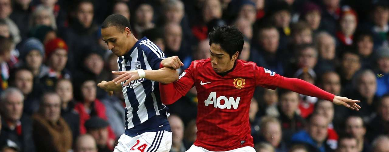 Kagawa (R) challenges West Bromwich Albion's Peter Odemwingie. REUTERS/Phil Noble