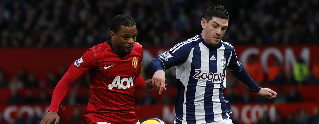 West Bromwich Albion's Graham Dorrans (R) and George Thorne challenge Manchester United's Patrice Evra. REUTERS/Phil Noble