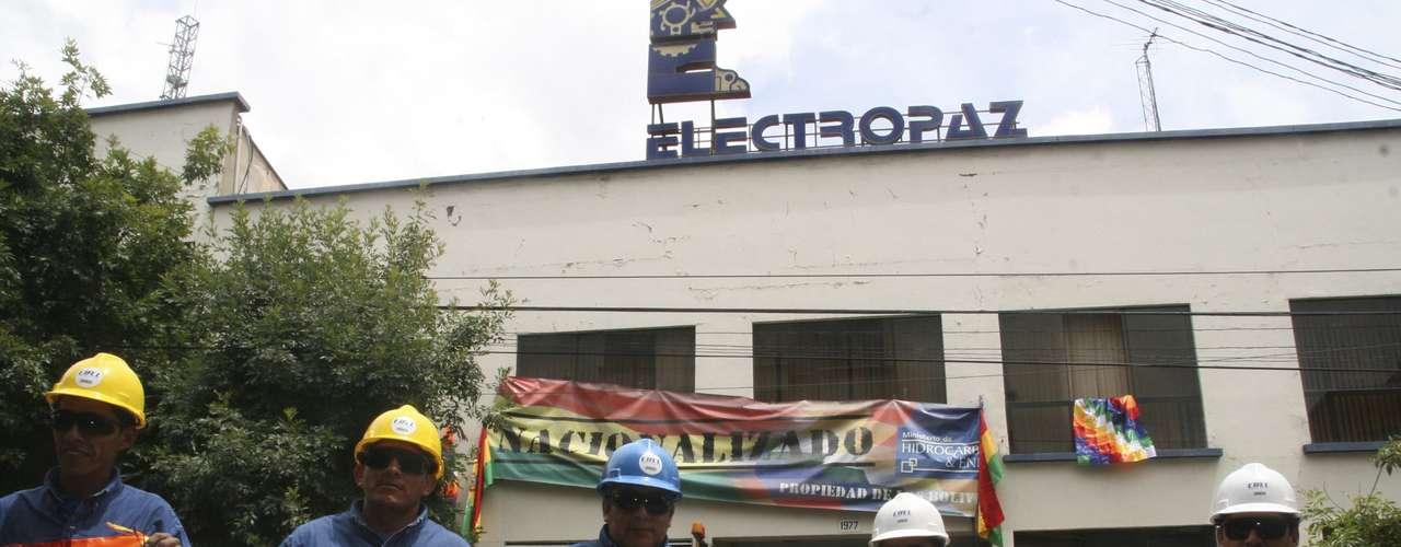 En las sedes de ambas eléctricas en La Paz los trabajadores han desplegado pancartas con el lema \