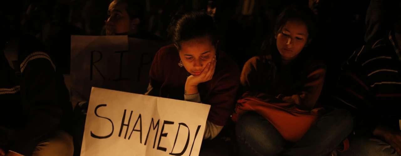 Los autores de la violación fueron detenidos, y la joven, que había sido trasladada este miércoles al hospital de Singapur donde finalmente falleció padecía, según el último parte médico, \