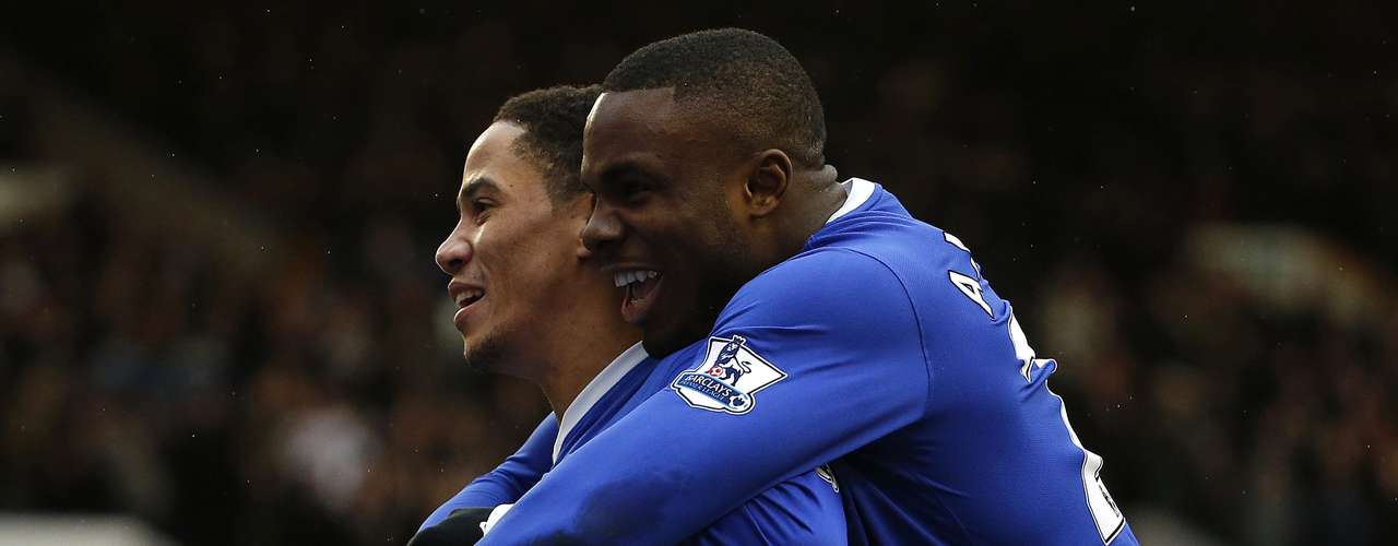 Everton's Steven Pienaar (L) celebrates scoring with Victor Anichebe. REUTERS/Phil Noble