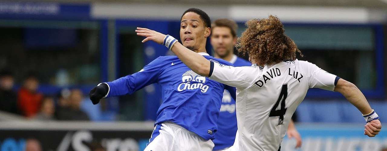 Pienaar (L) challenged by Chelsea's David Luiz. REUTERS/Phil Noble