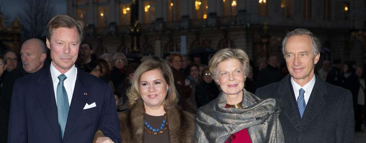 Marie Astrid de Luxemburgo y su marido, padres del novio, junto a los Grandes Duques, a su llegada al Ayuntamiento.