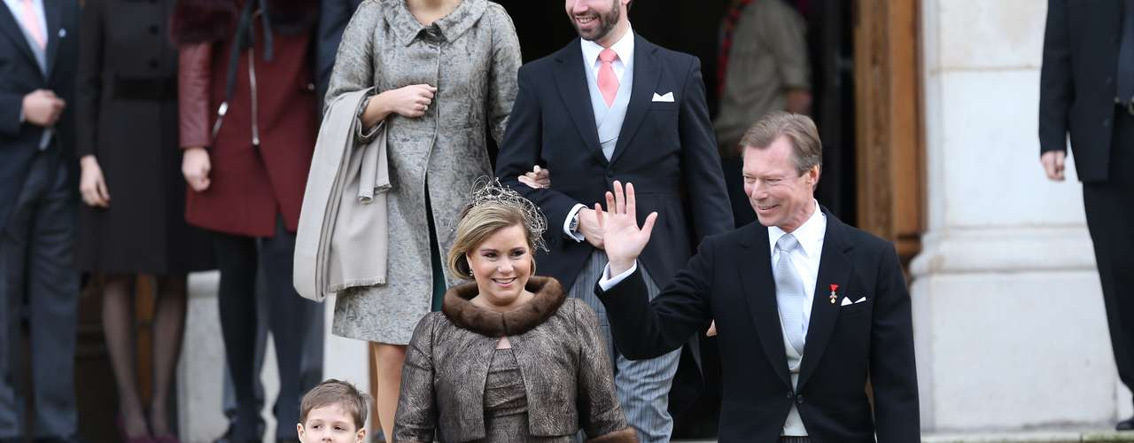 Los grandes Duques, Enrique y María Teresa, saliendo de la ceremonia religiosa celebarada este sábado en Nancy.