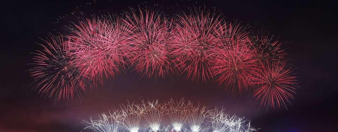 Los australianos celebran la llegada de 2013 con fuegos artificiales.