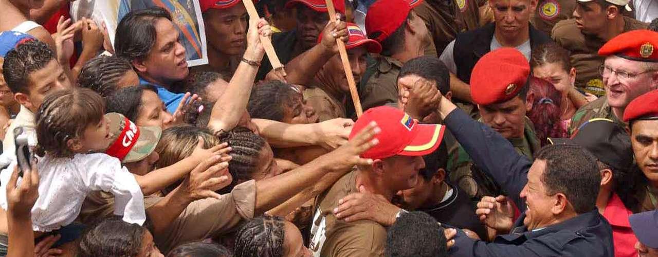El presidente venezolano en una barriada popular de Caracas en 2002