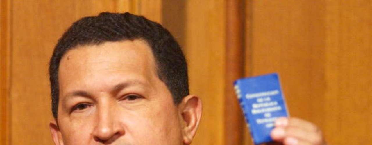 Hugo Chávez en 2002 enseña, en una rueda de prensa, un pequeño ejemplar de la constitución bolivariana