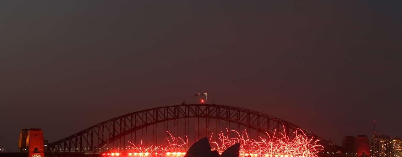 Una fiesta de fuegos artificiales explotan en torno a la Opera House en Sidney, Australia, antes de la llegada del Año Nuevo.
