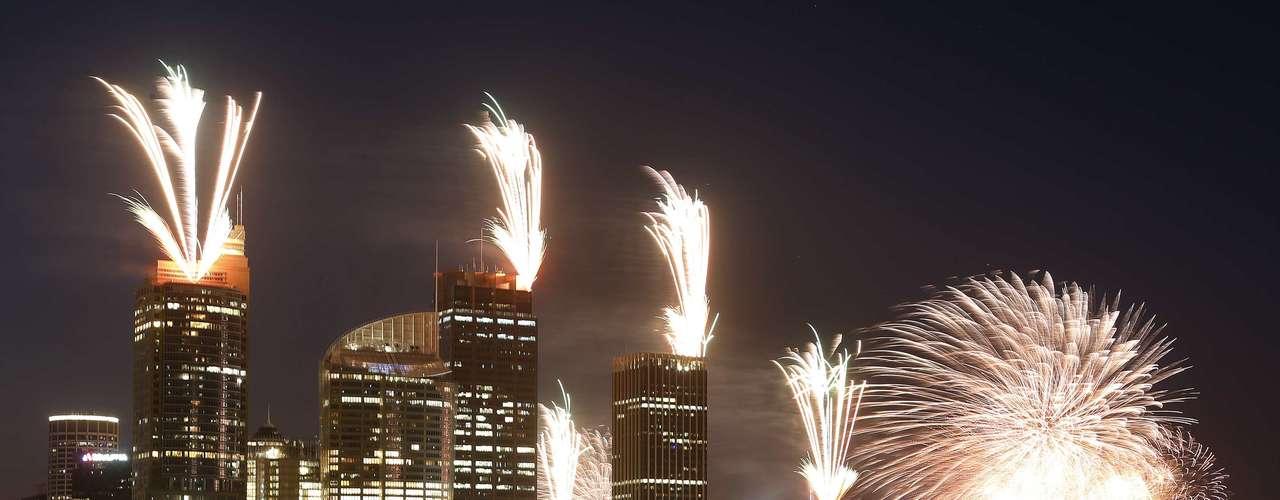 Desde lo alto de los edificios en Sydney, los fuegos artificiales se aprecian y marcan la llegada del año 2013.