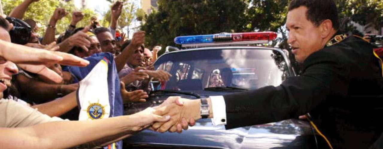 El presidente venezolano estrecha manos después de salir de la Asamblea Nacional en 2003