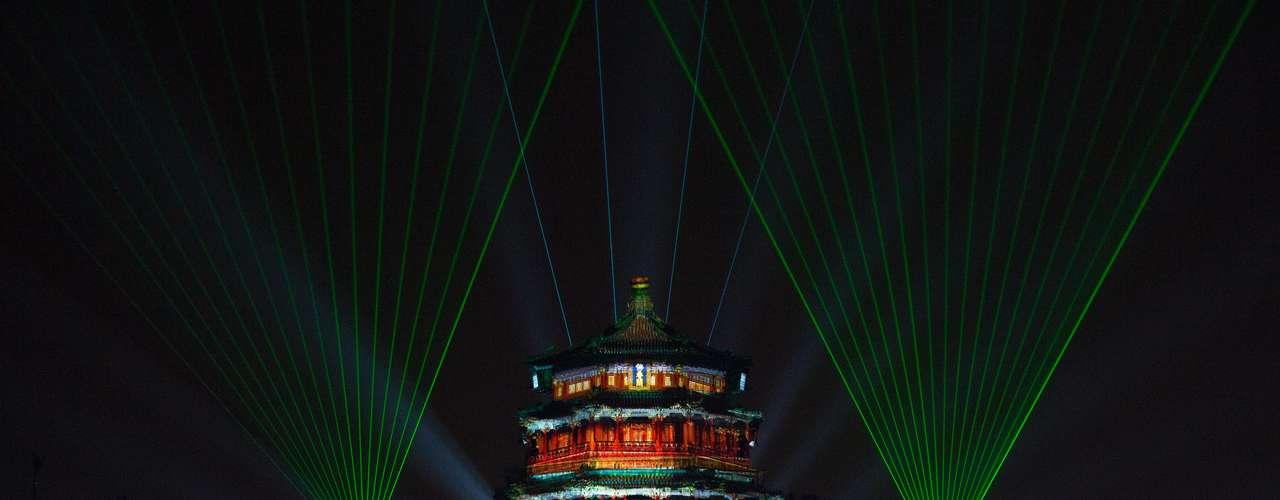 Este palacio chino se iluminó con pirotécnia durante el inicio del 2013.