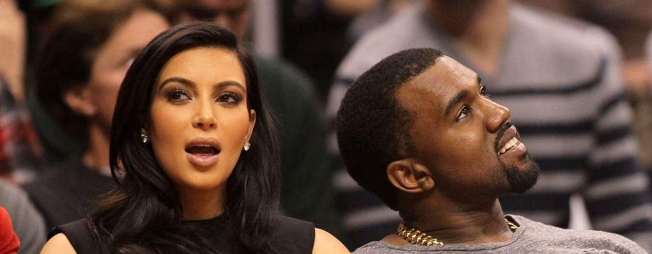 ¡Kim Kardashian y Kanye West esperan a su primer bebé! La familia Kardashian vuelve a acaparar la atención del medio del espectáculo y cierra el año con este notición. Vean las reacciones que provocaron los familiares ante la feliz noticia.