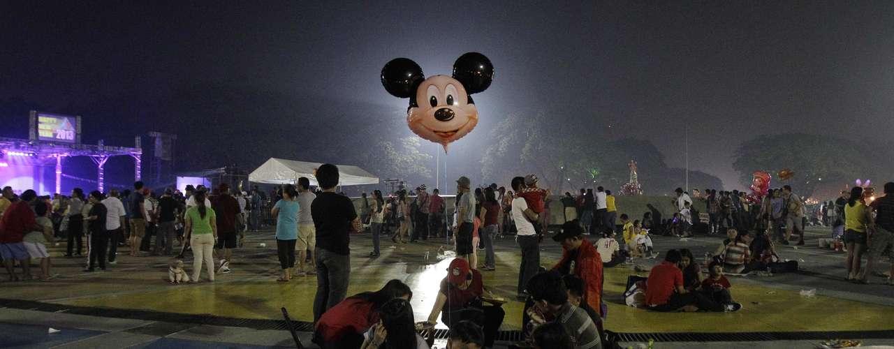 En Filipinas, cientos de personas salieron a los parques y puntos de reunión públicos a festejar el inicio del 2013.