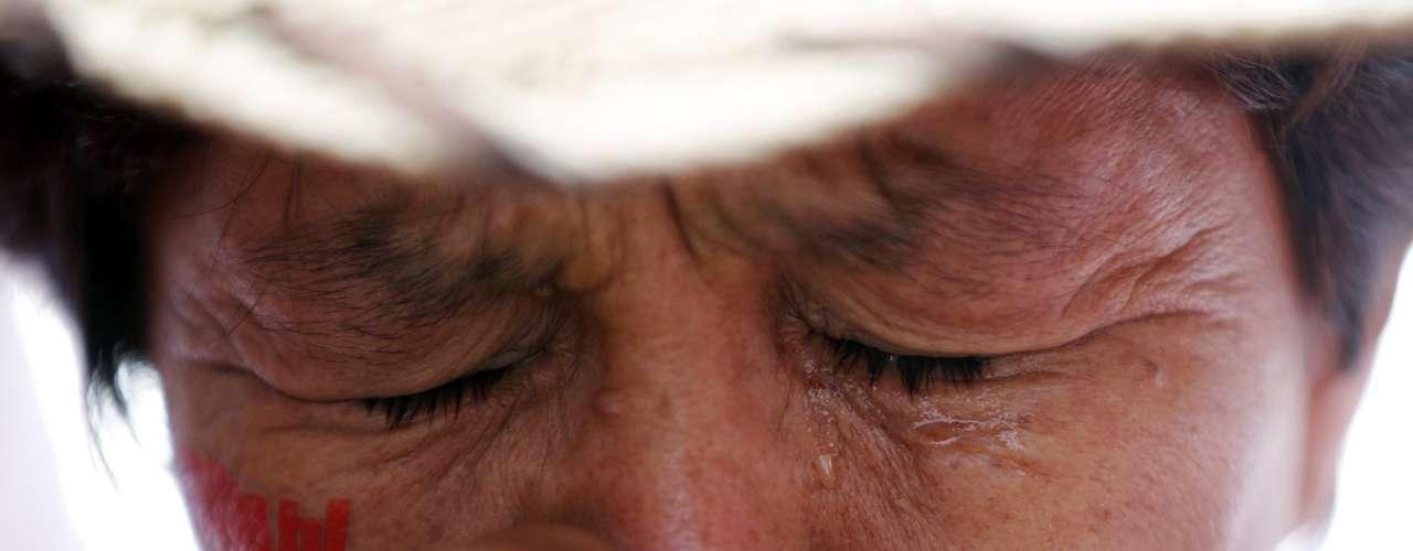 Partidario de Hugo Chávez llora y reza para pedir por la salud y restablecimiento de su presidente