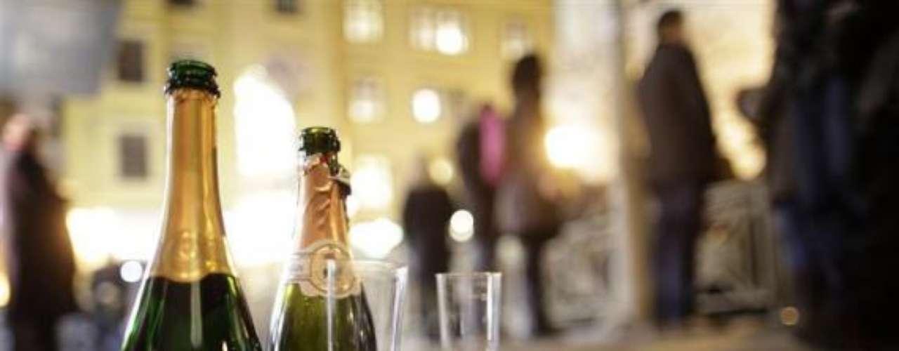 Viena recibe el año con copas y bebida por las calles. Al final, lo que queda es una imagen como esta en la cual podemos ver los restos de una gran fiesta en esta ciudad europea.