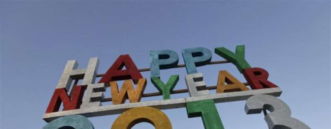 Myanmar (Birmania) preparó este anuncio que deja ver la bienvenida al año nuevo 2013, en un evento que reunió a miles de personas.