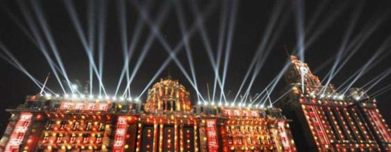 Shanghai ha crecido tanto en los últimos años que se ha convertido un imperio de lujos y ostentosidades. Su fiesta de bienvenida no podría ser la excepción. Ubicados en el distrito financiero, estos turistas graban con sus teléfonos la impresionante iluminación de Bund.