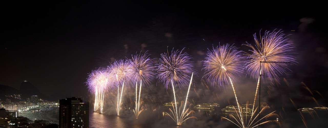 Miles de brasileños se reunieron en playas para deleitarse con el espectáculo de pirotécnia.
