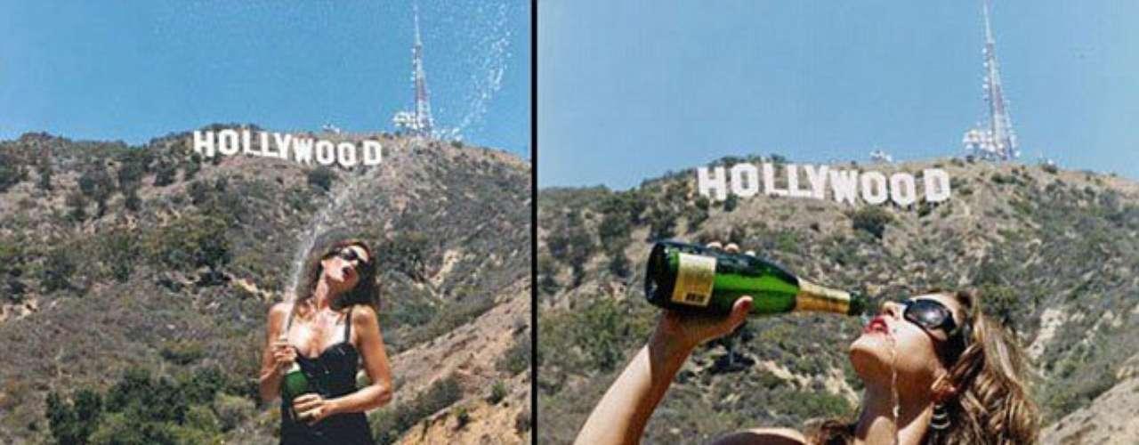 Cindy Crawford compartió esta foto muy sexy de ella despidiendo el 2012 con una botella de champaña y con el icónico cartel de Hollywood de fondo.