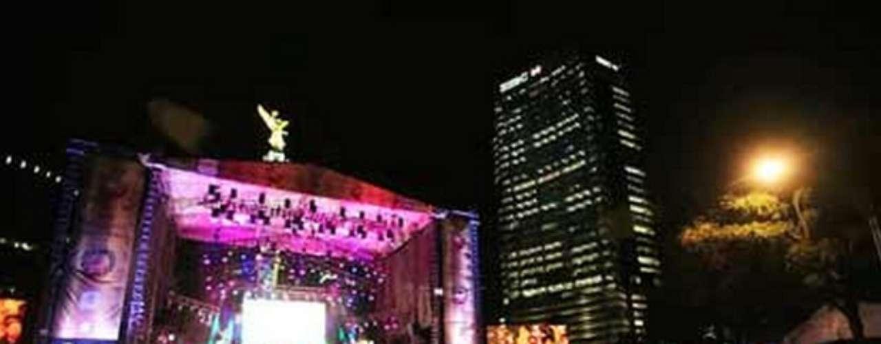 En México miles de capitalinos recibieron el 2013 en un concierto en el Ángel de la Independencia organizado por el Gobierno del Distrito Federal.