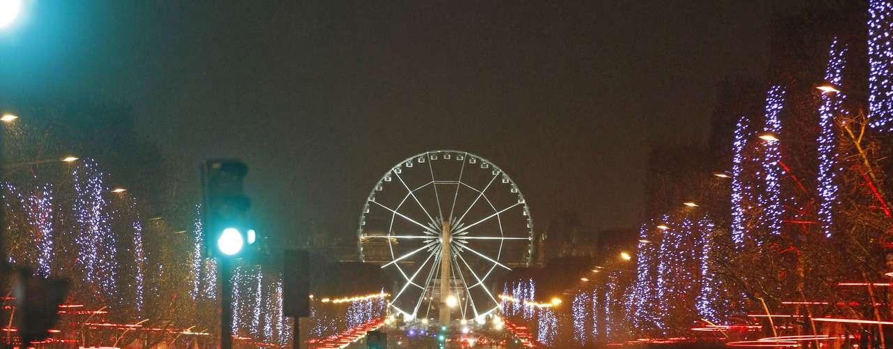 En Francia, miles de personas se reunieron en este parque de diversiones para despedir el 2012 y recibir el 2013.