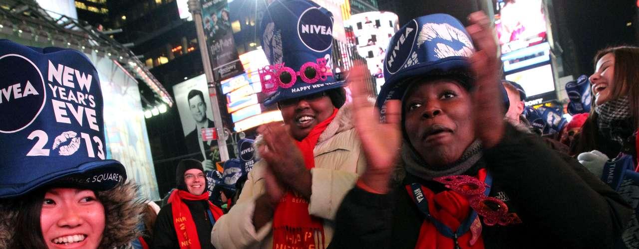 Como todos los años en Times Square cientos de estadounidenses se reunen para ver finalizar el año.