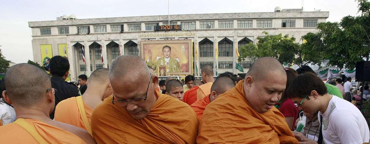 En Thailandia, estos monjes se preparan con oraciones y buenas acciones para recibir el 2013.