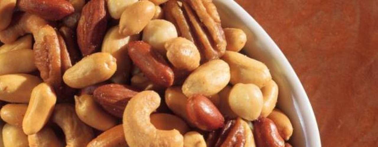 Incluir en la dieta diaria, 10 gramos de oleaginosas, con el fin de elevar el consumo de grasas saludables. Éstas pueden ser: nueces, pistaches o almendras.