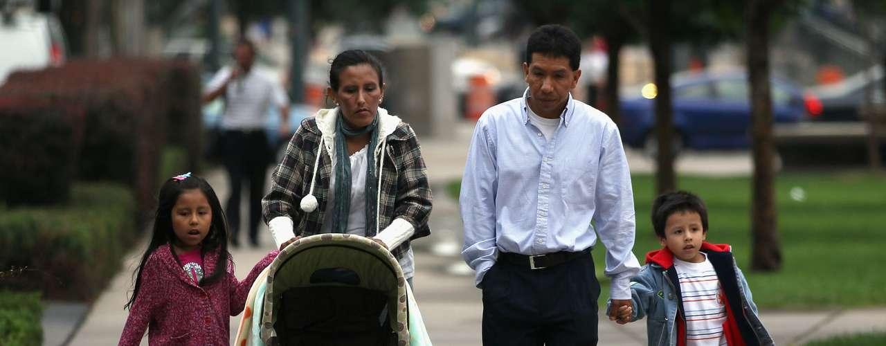 Actualmente los indocumentados que están casados con un o una estadounidense, o que son padres de un menor nacido en dicho país, deben salir de Estados Unidos para pedir una cita en un consulado estadounidense en su país de origen.