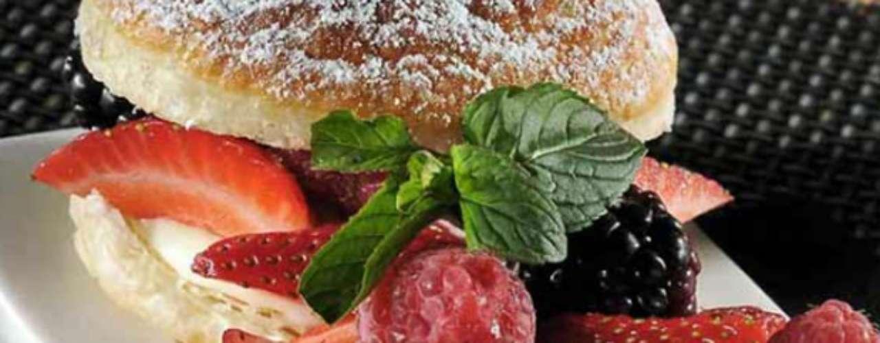 Los antioxidantes están presentes en frutos rojos, como frambuesas, fresas y arándanos, los cuales contienen licopeno, un antioxidante que elimina los radicales libres y protege contra diferentes tipos de cáncer.