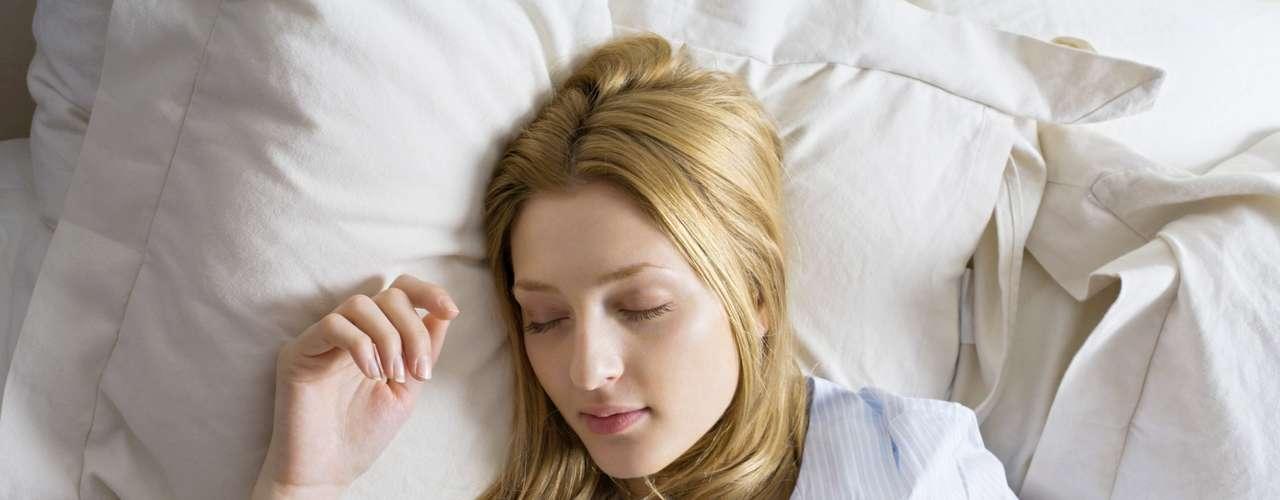 Dormir demasiado es malo: Descansar durante muchas horas tampoco es bueno para el corazón. Los científicos han encontrado que el sueño de más de ocho horas al día puede provocar un mayor riesgo de desarrollar problemas cardiovasculares, tales como infartos y obstrucción de las arterias.