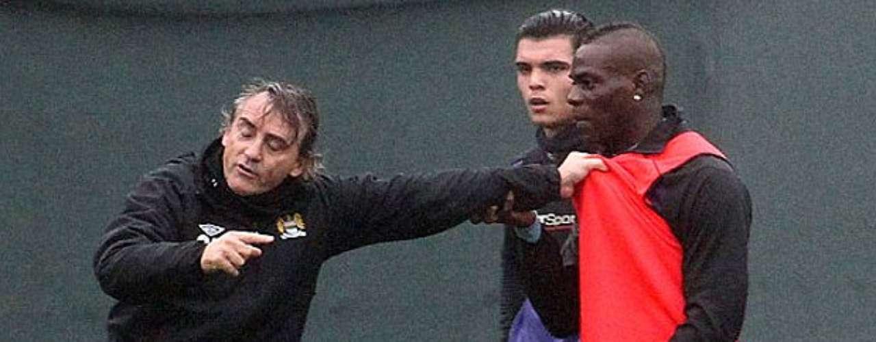 El técnico transalpino no para de recriminar a su jugador agarrándole del peto de entrenamiento.
