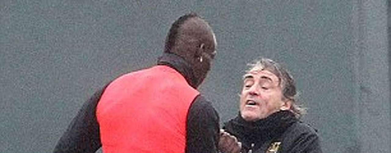 Mario Balotelli agarra a Mancini