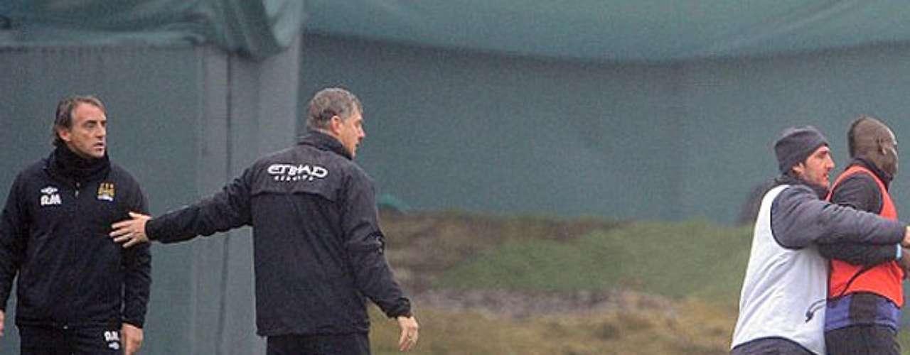 Finalmente el cuerpo técnico tiene que llevarse a Balotelli del entrenamiento para que la discusión no vaya a mayores.