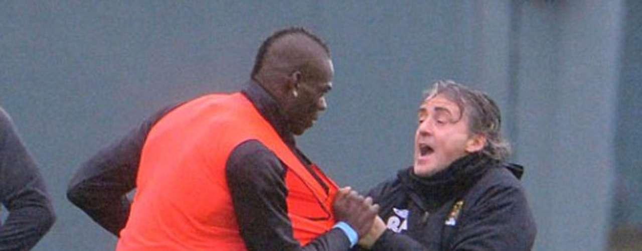 Mancini agarra a Balotelli del peto de entrenamiento.