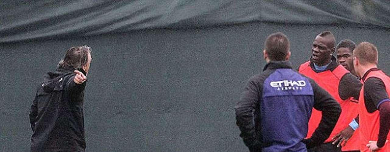 El técnico italiano del Manchester City, Roberto Mancini, y el delantero 'citizen' Mario Balotelli, discuten en pleno entrenamiento.