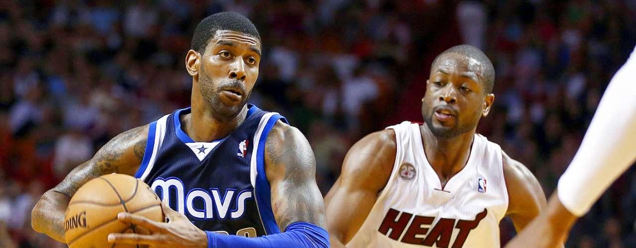 Mavericks vs. Heat: Dwyane Wade intenta detener el ataque ofensivo deO.J. Mayo (32).