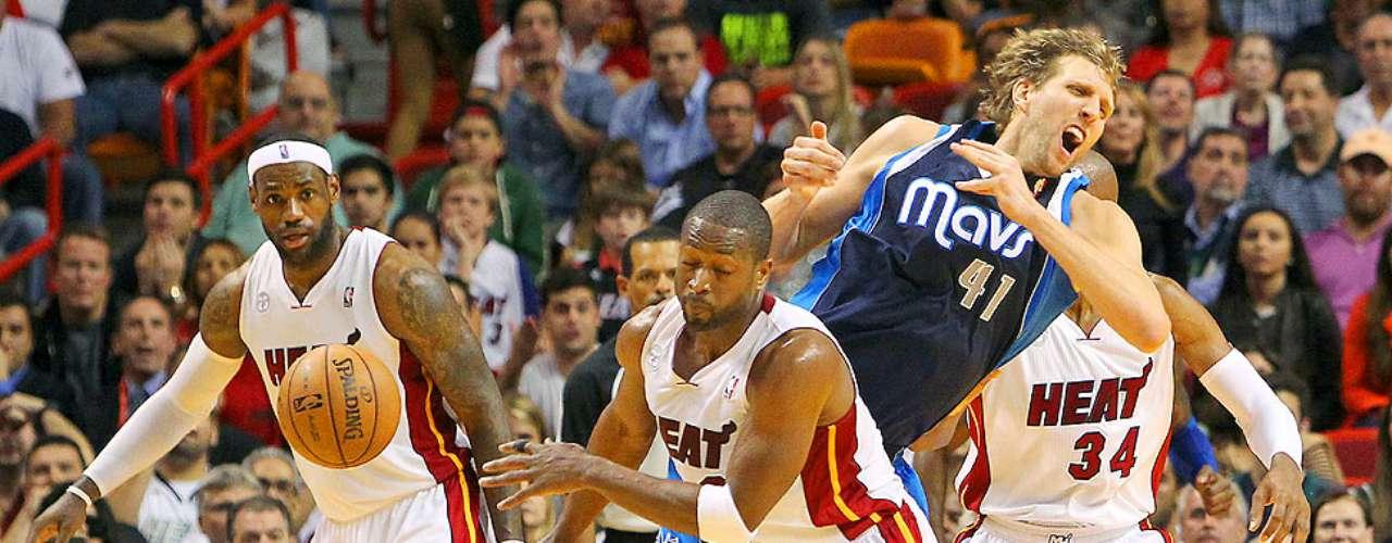 Mavericks vs. Heat: Dwyane Wade roba el balón a Dirk Nowitzki (41) en acción del tiempo extra.