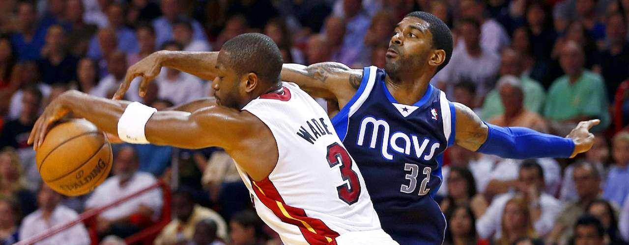 Mavericks vs. Heat:Dwyane Wade (3) y O.J. Mayo (32) pelean la posesión del balón.
