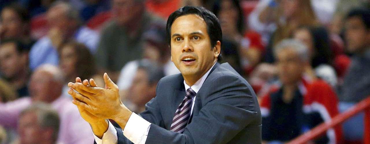 Mavericks vs. Heat: El head coach Erik Spoelstra trata de animar a sus jugadores tras ir perdiendo ante Dallas.
