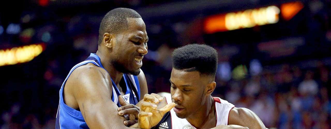 Mavericks vs. Heat: Elton Brand (42) pelea por el balón con Norris Cole (30).